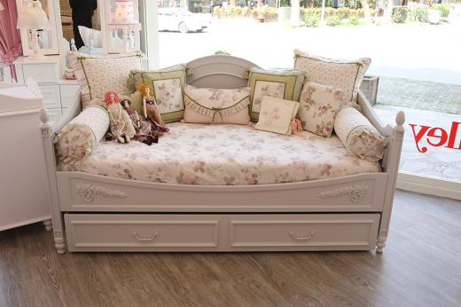ISABELLA DAYBED